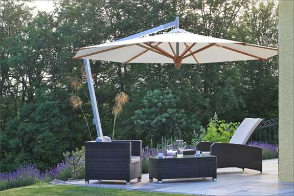Holzboden Terrasse sonnig Holzmöbel